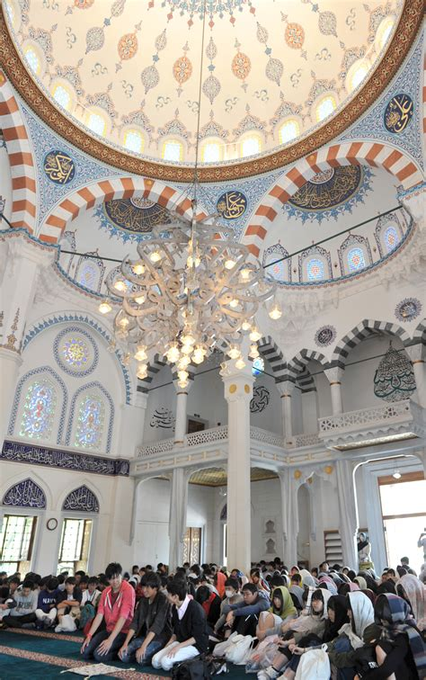 Students visit Tokyo mosque to get unbiased glimpse of